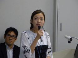 第2回OCの学生スピーチH.Aさん 後ろで・・・岡部先生も真剣です。