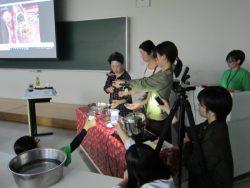 手元が暗かったので、学生がむらがってスマートフォンの明かりで照らしていました(^^;)
